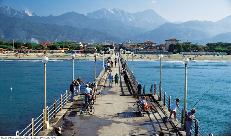Muelle Forte dei Marmi con vistas a las canteras del mármol.