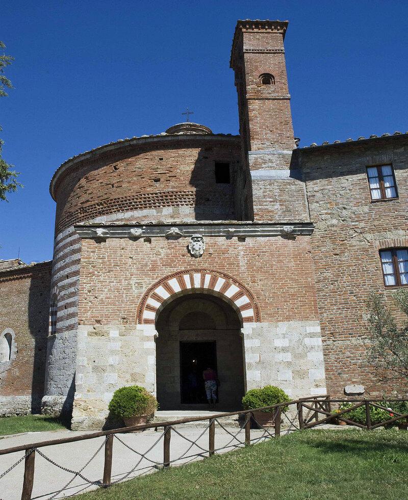 Montesiepi la espada en la roca Toscana.
