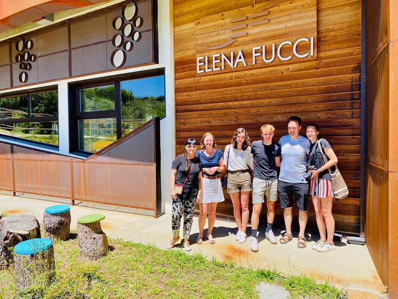 Elena Fucci con un grupo de visitantes en sus bodegas, Barile ( Potenza), Basilicata.